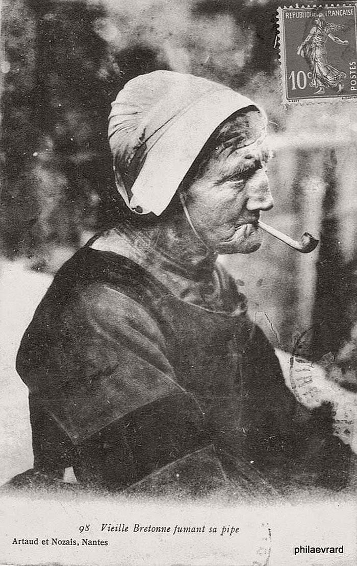 vintage-portraits-of-women-smoking-pipes-1900s-11