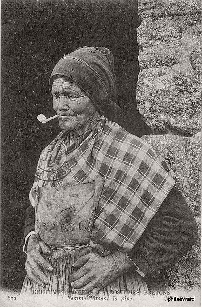 vintage-portraits-of-women-smoking-pipes-1900s-12