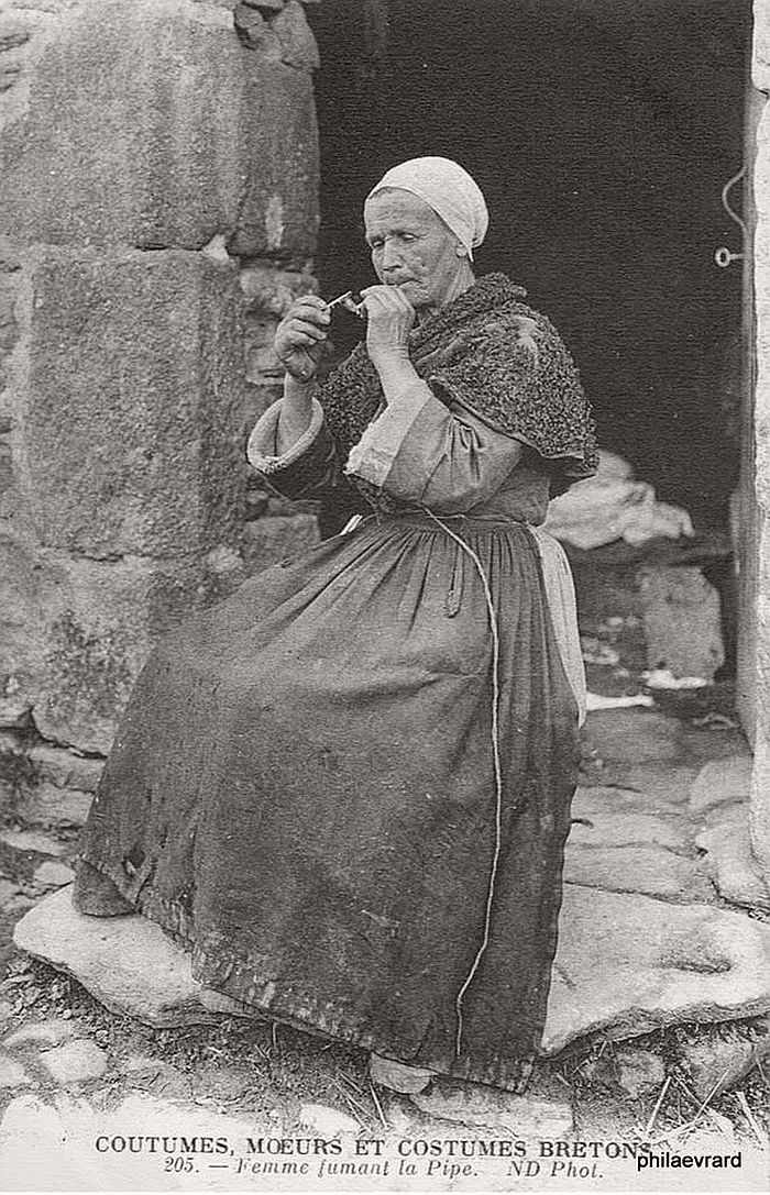 vintage-portraits-of-women-smoking-pipes-1900s-14