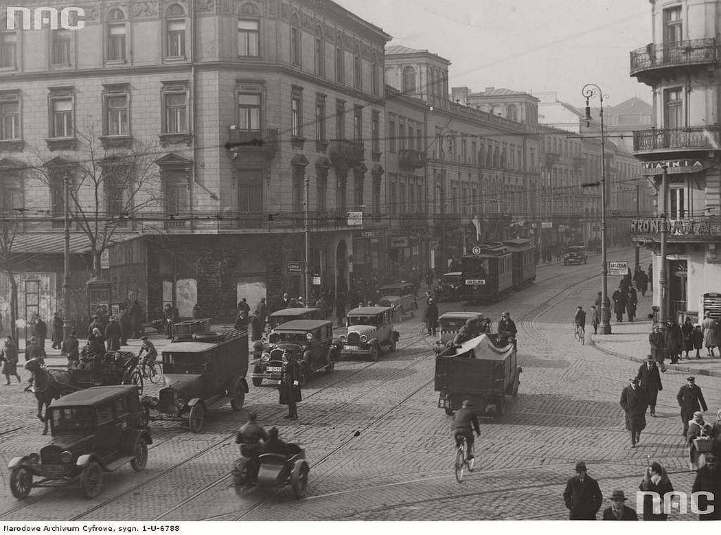 crossing-between-nowy-swiat-and-aleje-jerozolimskie-streets-in-warsaw-1929-1939