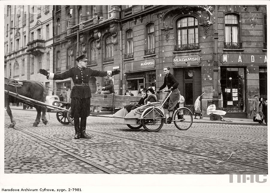 polish-policeman-directs-traffic-at-the-intersection-of-nowy-swiat-and-ksiazeca-streets-1940