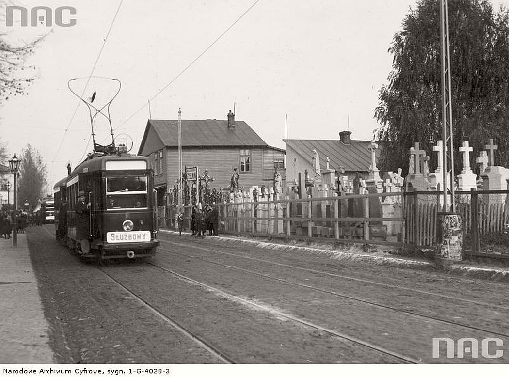 trams-at-the-final-station-of-brodnowski-brodzienskim-cementary-near-sw-wincentego-street-in-warsaw-1934