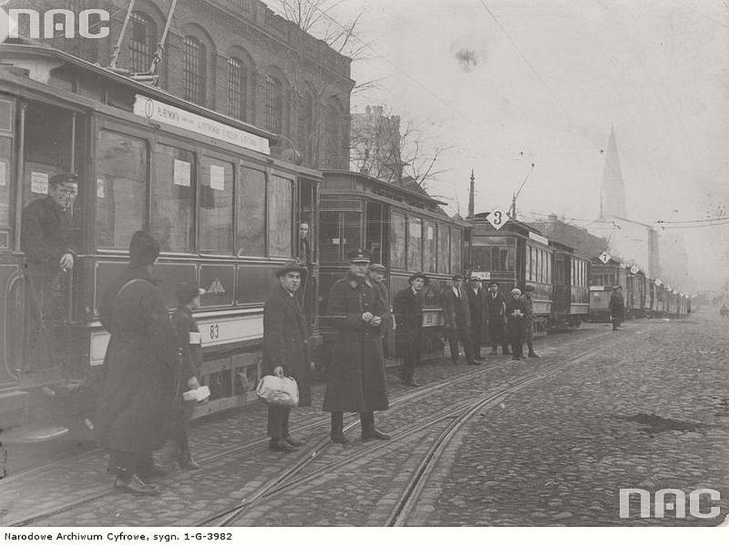 trams-standing-on-the-piotrkowska-street-lodz-1930s