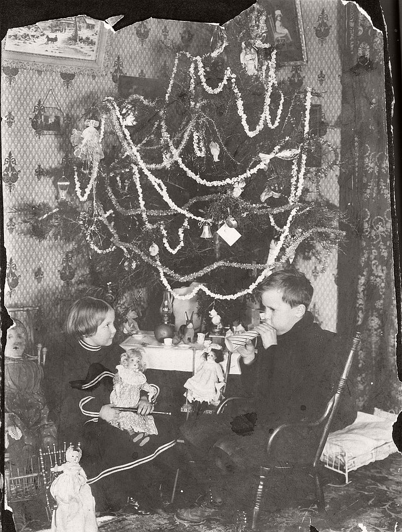 vintage-children-celebrating-christmas-1900s-early-xx-century-03
