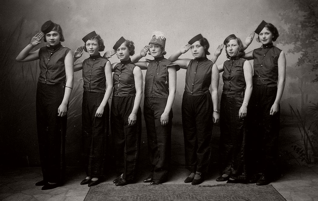 vintage-group-photos-of-dancing-girls-1910s-1930s-01