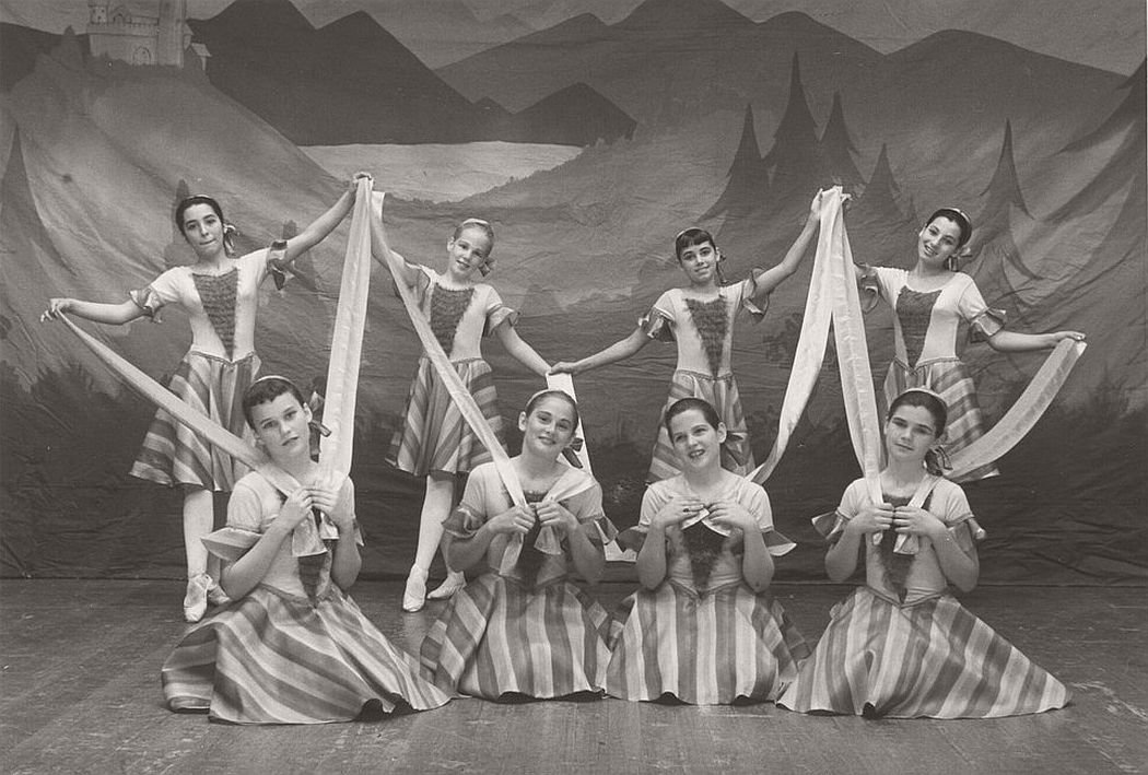 vintage-group-photos-of-dancing-girls-1910s-1930s-05
