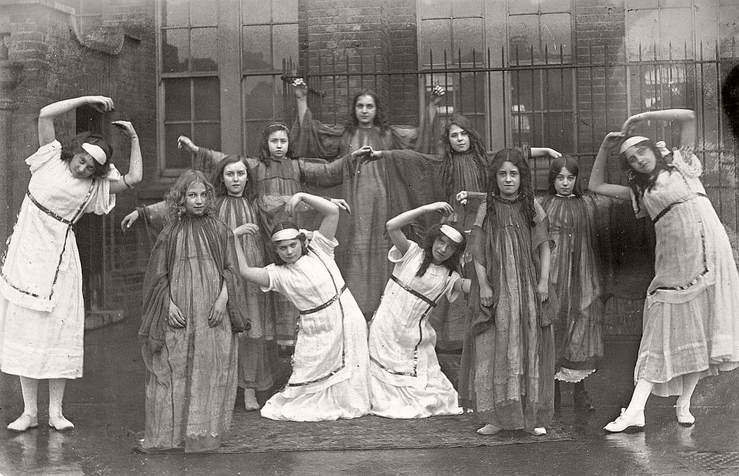 vintage-group-photos-of-dancing-girls-1910s-1930s-10