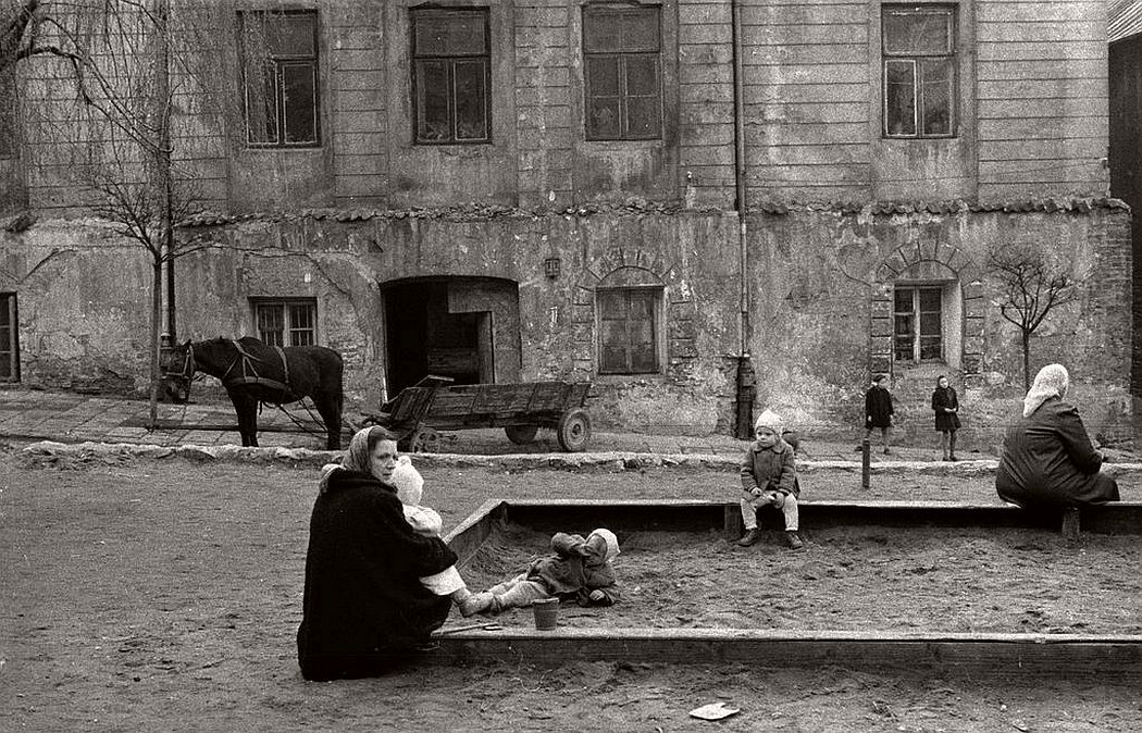 gerlad-howson-vintage-city-life-in-poland-1959-04