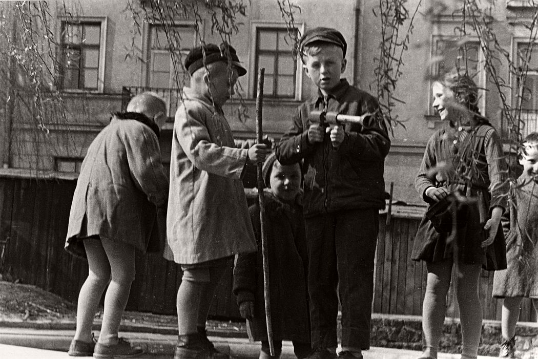 gerlad-howson-vintage-city-life-in-poland-1959-16