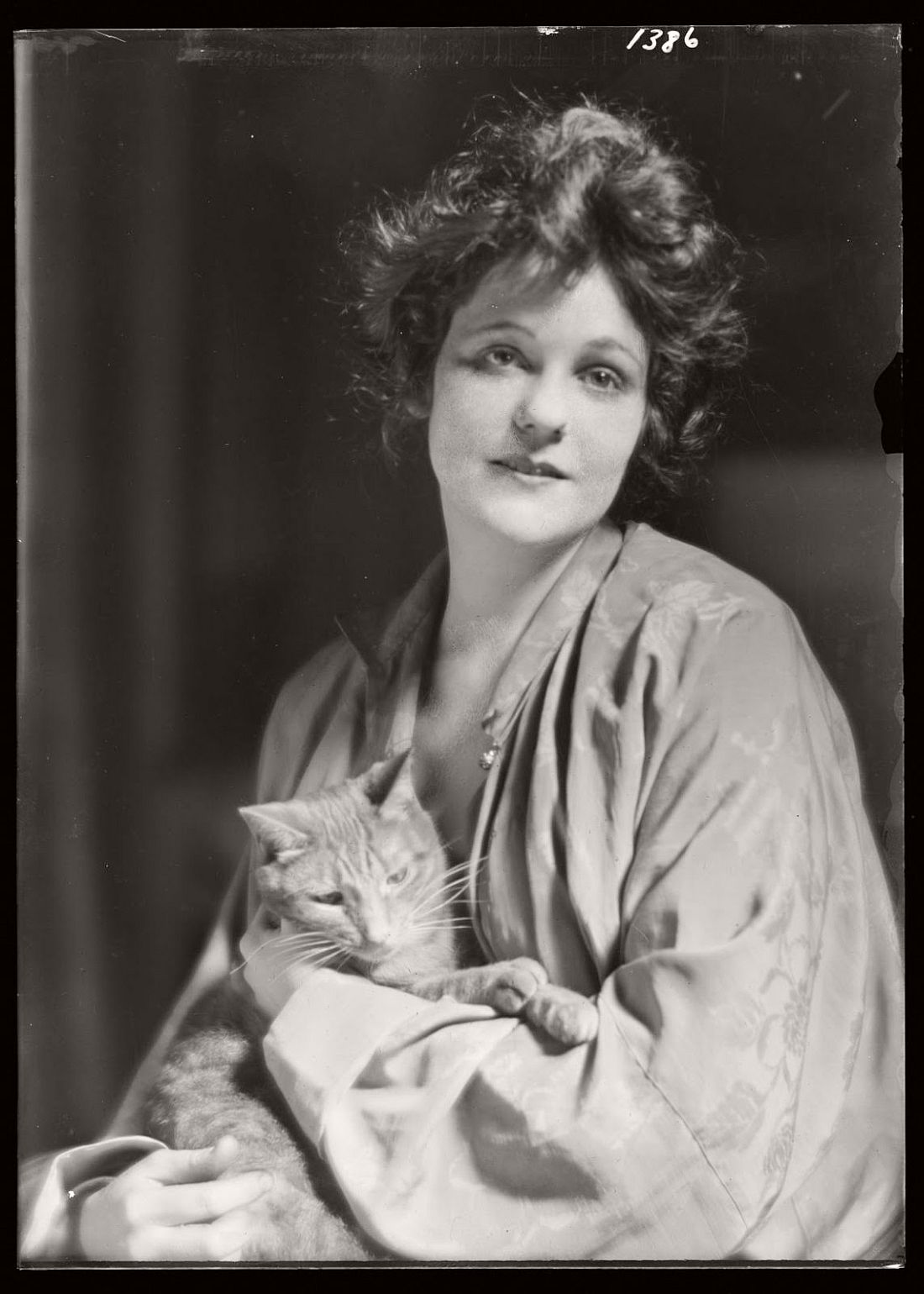 arnold-genthe-1910s-vintage-studio-portraits-of-girls-with-cat-01