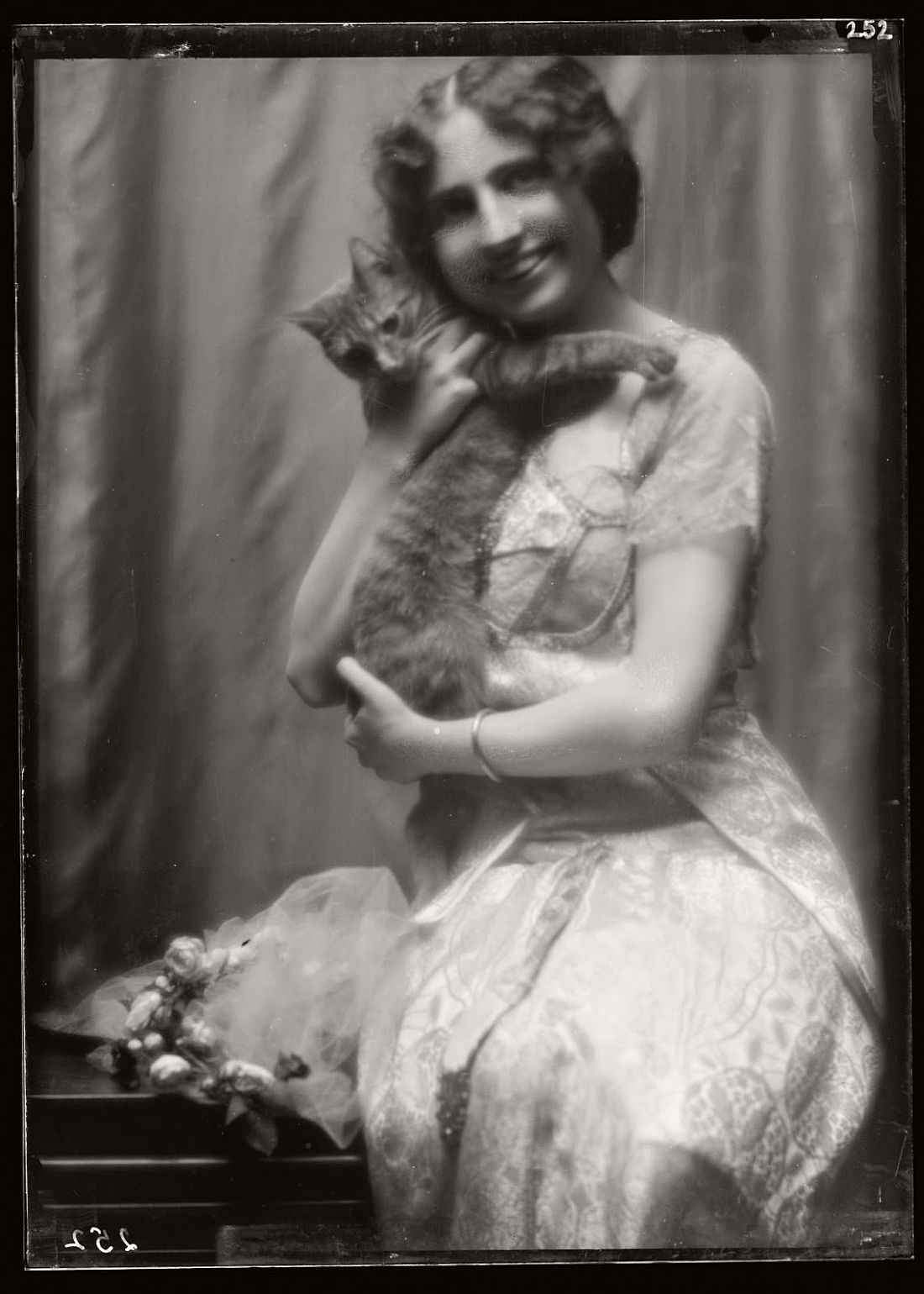 arnold-genthe-1910s-vintage-studio-portraits-of-girls-with-cat-04