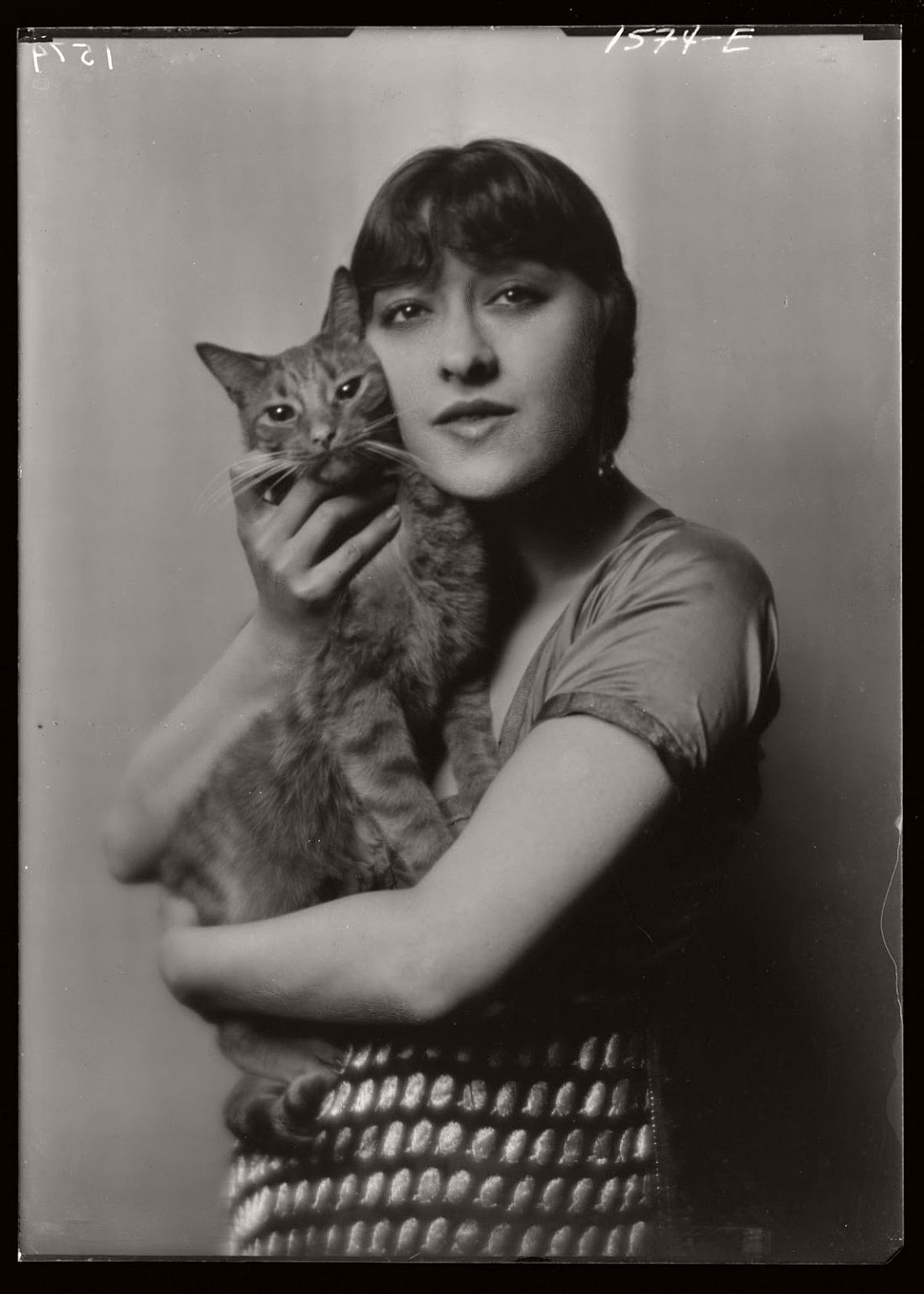 arnold-genthe-1910s-vintage-studio-portraits-of-girls-with-cat-06