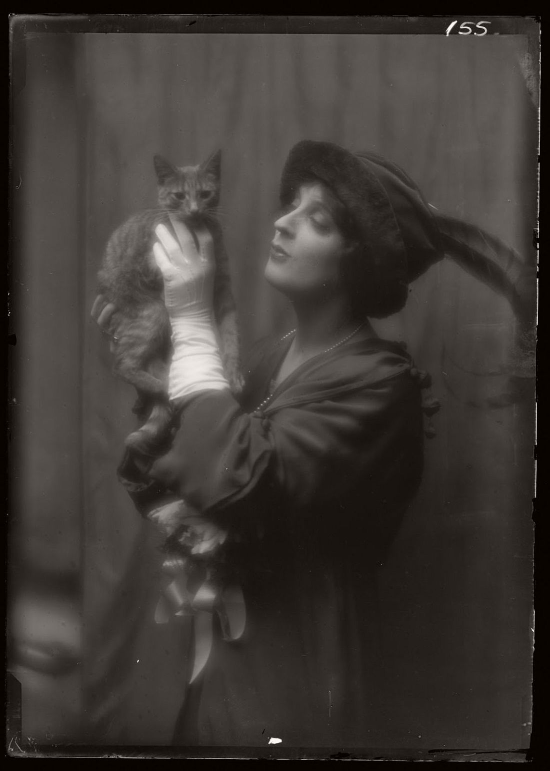 arnold-genthe-1910s-vintage-studio-portraits-of-girls-with-cat-09