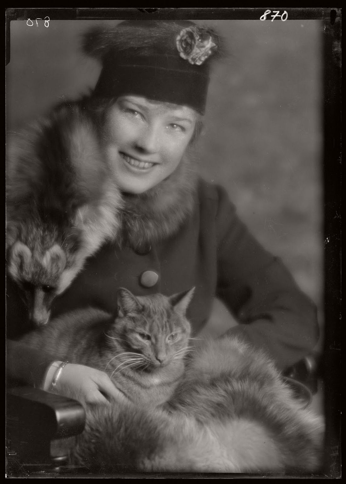 arnold-genthe-1910s-vintage-studio-portraits-of-girls-with-cat-16
