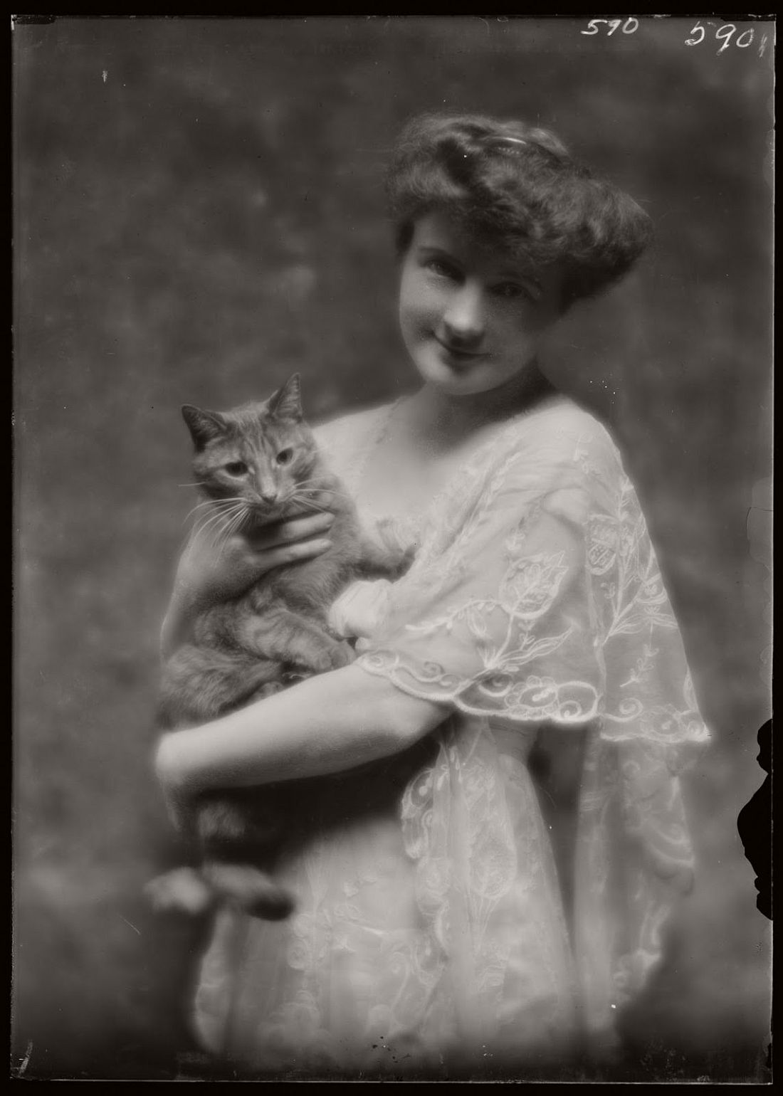 arnold-genthe-1910s-vintage-studio-portraits-of-girls-with-cat-21