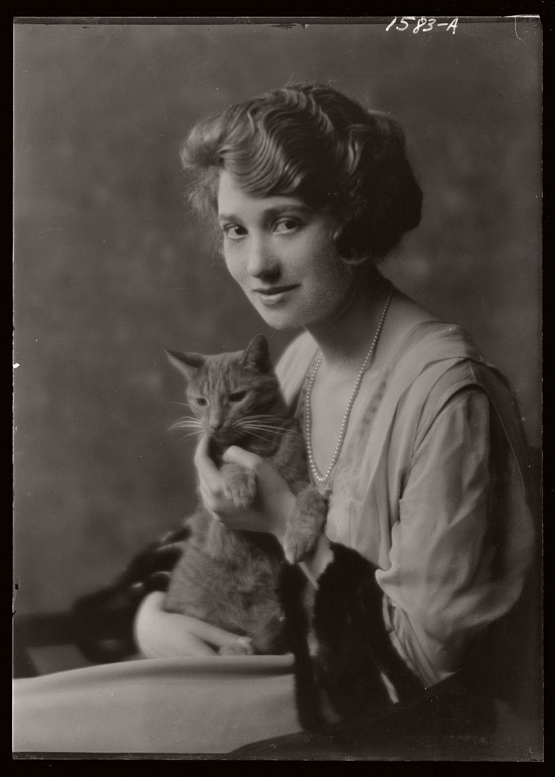 arnold-genthe-1910s-vintage-studio-portraits-of-girls-with-cat-22