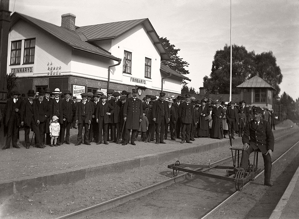 Market visitors waiting for the train to Tranas. Frinnaryds station, 1913