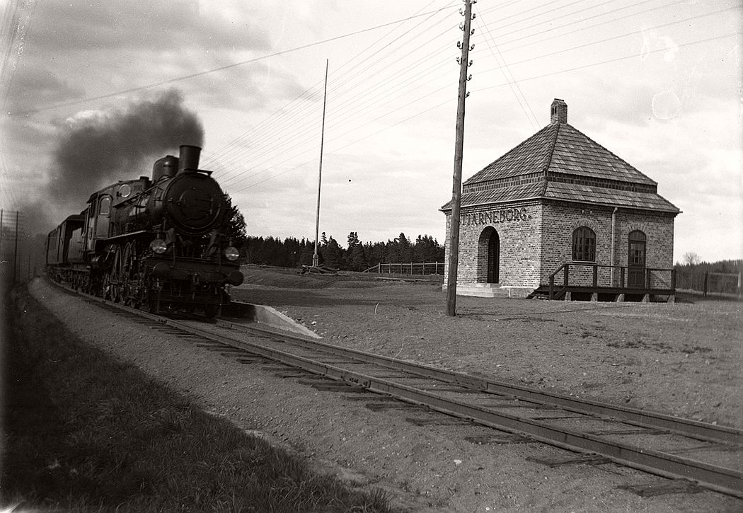 Southbound train at the newly built station house in Stjärneborg, 1914.