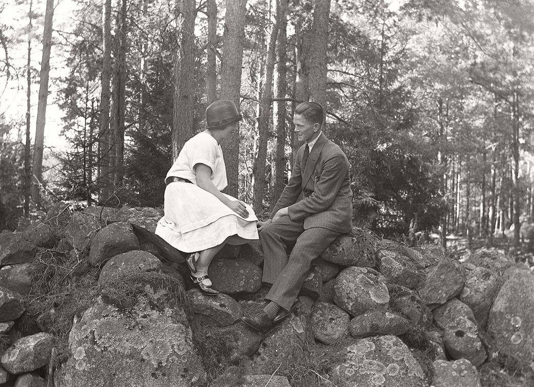 Stone and Signe in 1926. Another sweet couple photographed by Oskar Jaren in natural surroundings. Stone Bergqvist (b. 1907) and Signe Smith (b. 1908) who married each other in 1927.
