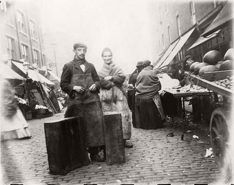 Two traders in a street market in Whitechapel, 1901