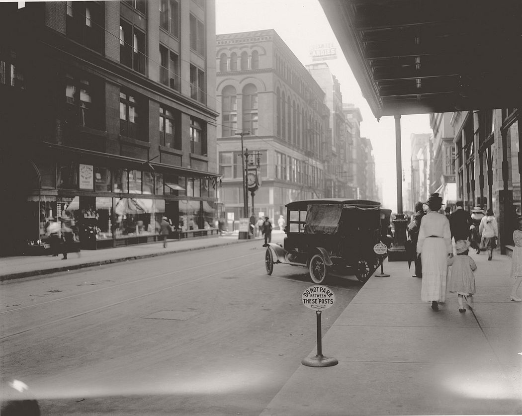 Seventh Street looking north towards Locust Street, ca. 1910s
