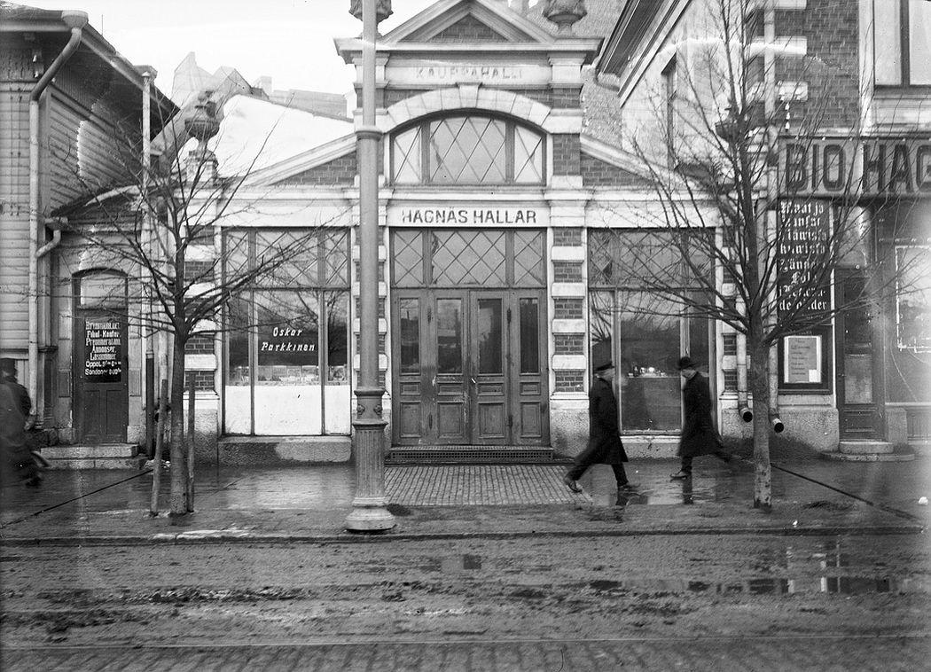 Hagnäs Hallar market and Bio Hagnäs cinema to the right, Siltasaarenkatu, Helsinki