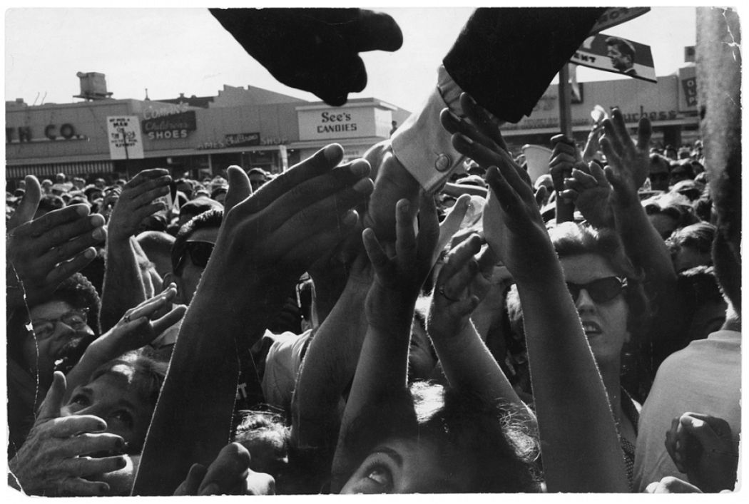 Cornell Capa, John F. Kennedy saluant une foule de supporters, North Hollywood, Californie, septembre 1960  Cornell Capa © International Center of Photography/Magnum Photos