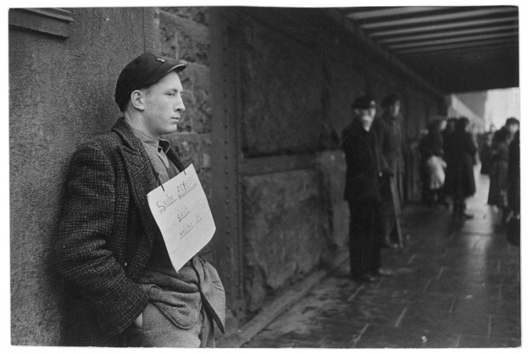 Henri-Cartier Bresson, « Cherche tout type de travail », panneau accroché au cou de ce jeune Allemand, Hambourg, Allemagne de l'Ouest, 1952.  Henri Cartier Bresson/Magnum Photos