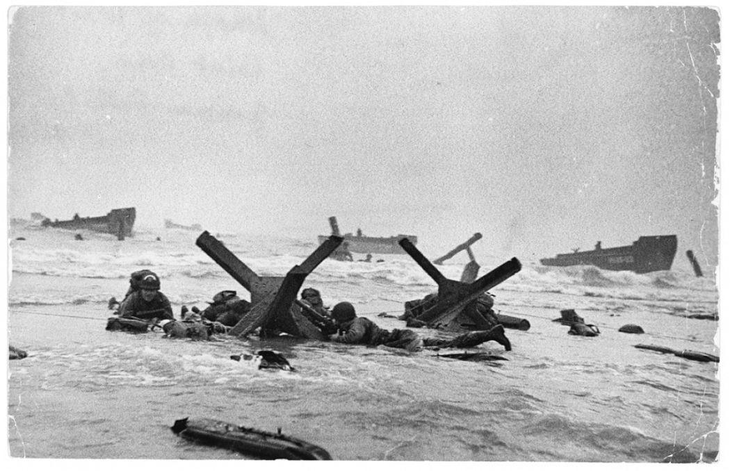 Robert Capa, Les troupes américaines à l'assaut d'Omaha Beach le jour du débarquement, Normandie, France, 6 juin 1944  Robert Capa © International Center of Photography/Magnum Photos