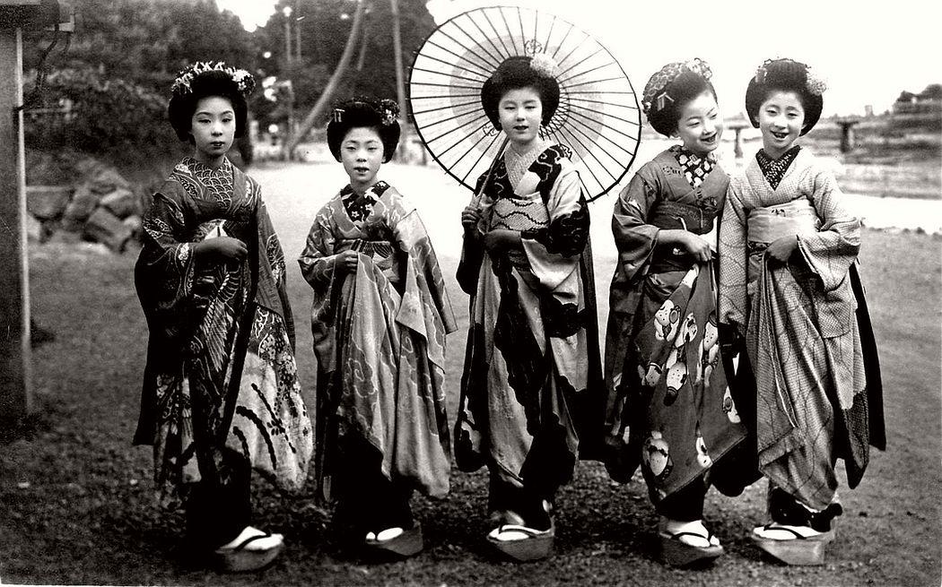 Five Maiko girls posing for a shot, ca. 1920s