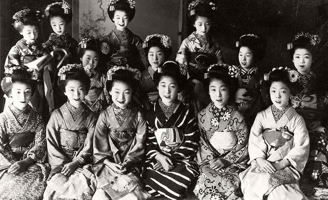 Fourteen Maiko girls in Komonos, ca. 1920s