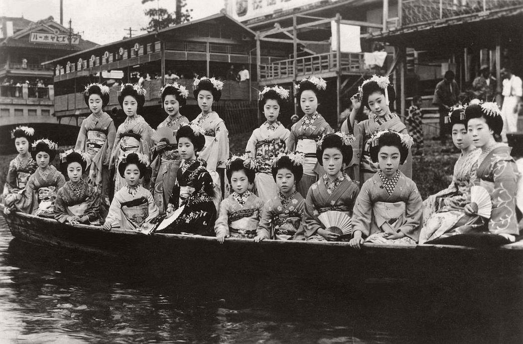 Maiko girls in a Takase-bune, 1926