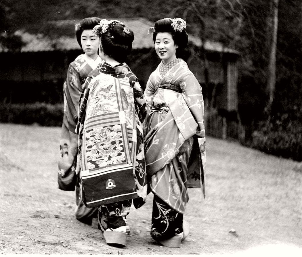 Maikos with dragon obi Kimonos in the 1920s