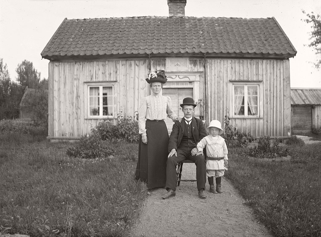 Lekströms, 1912. Potter Oskar Lekström with his wife and son.