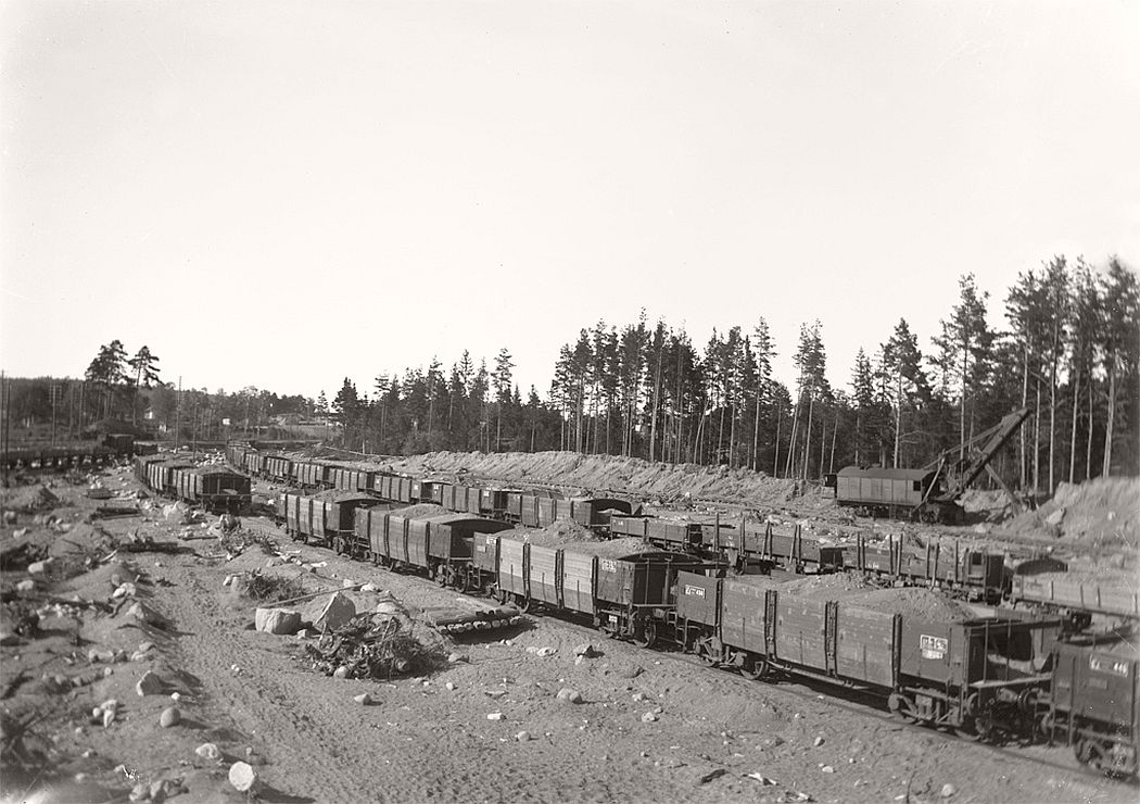 Gravel groove in Frinnaryd. The picture is taken at double the building on East Main Line in 1920 - 22.