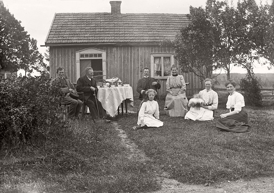 Organized group at the home of freeholder Frans Viktor Johansson stocka Bäcks Mellangård in Linderås, 1913.