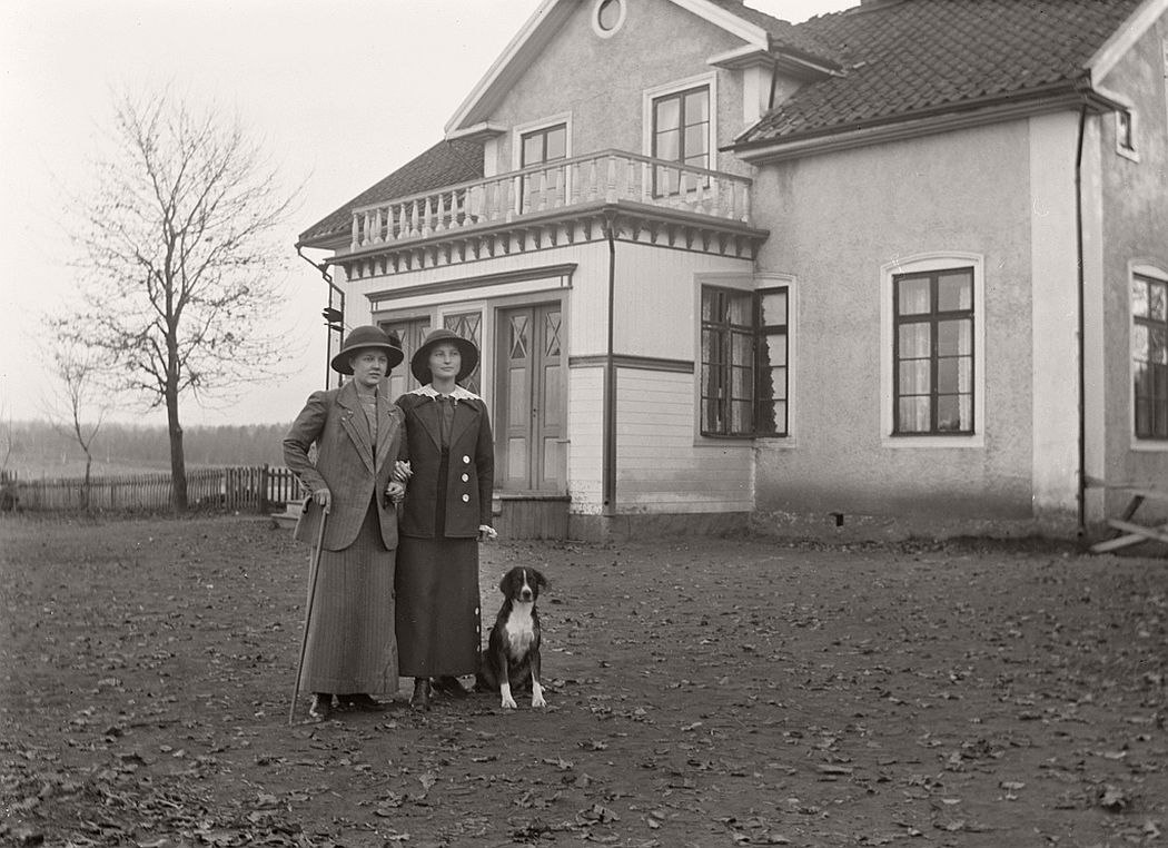 Klara Thorsson and Carola Aurell (school teacher) outside the school in Frinnaryd.