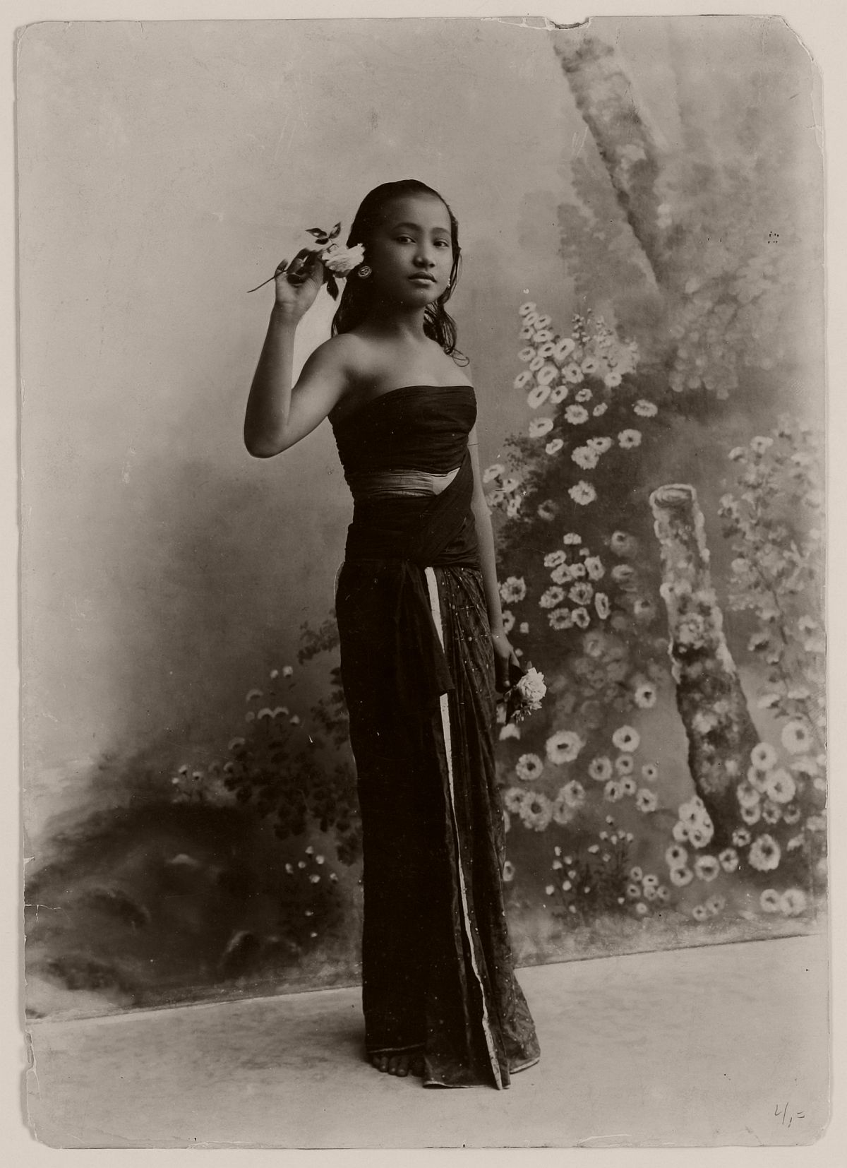 Young Javanese woman in the photo studio of Céphas at Yogyakarta, circa 1900