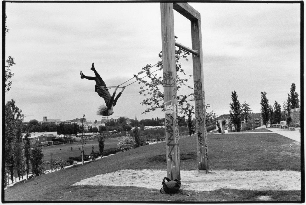 Sibylle Bergemann: Mauerpark, Berlin, 1996 © Nachlass Sibylle Bergemann; Ostkreuz / Courtesy Kicken Berlin and Loock Galerie