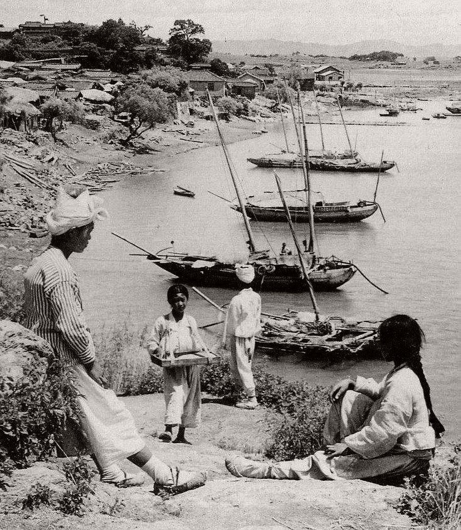 Junks along the Han River at Yongsan, a logging town near Seoul, 1903