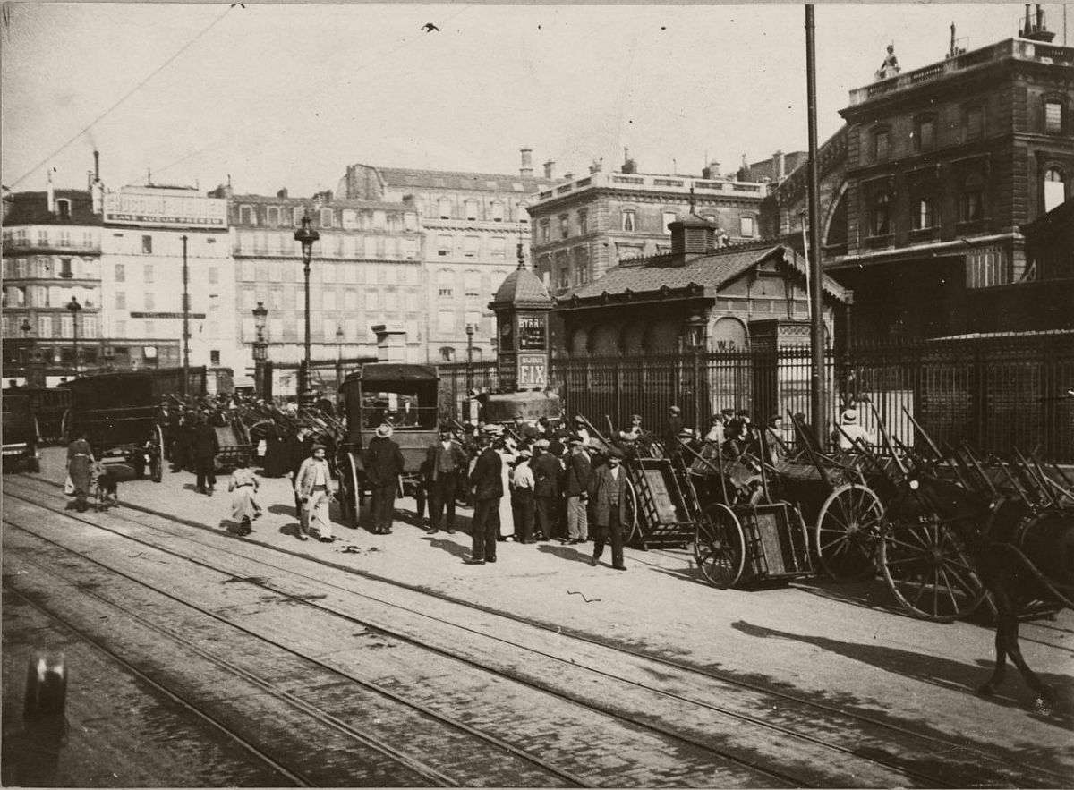 1917. The arrival of refugees from the suburbs to the East Station.