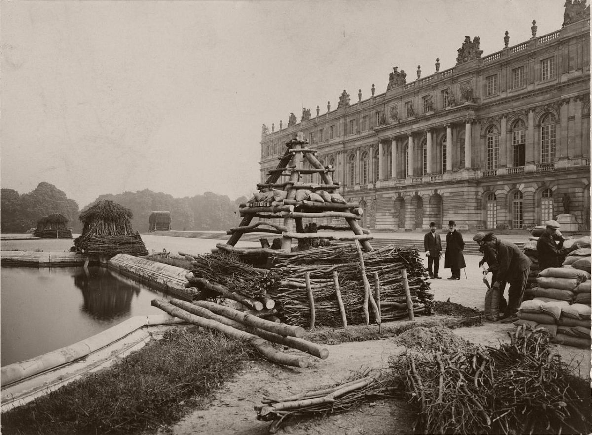 1918. Protection of monuments of Paris during the war. Versailles.