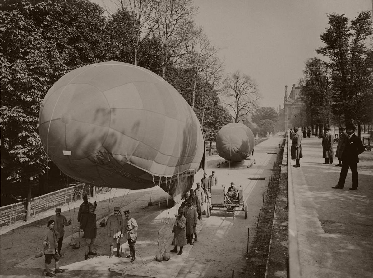 1918. Balloons in the Tuileries Gardens.