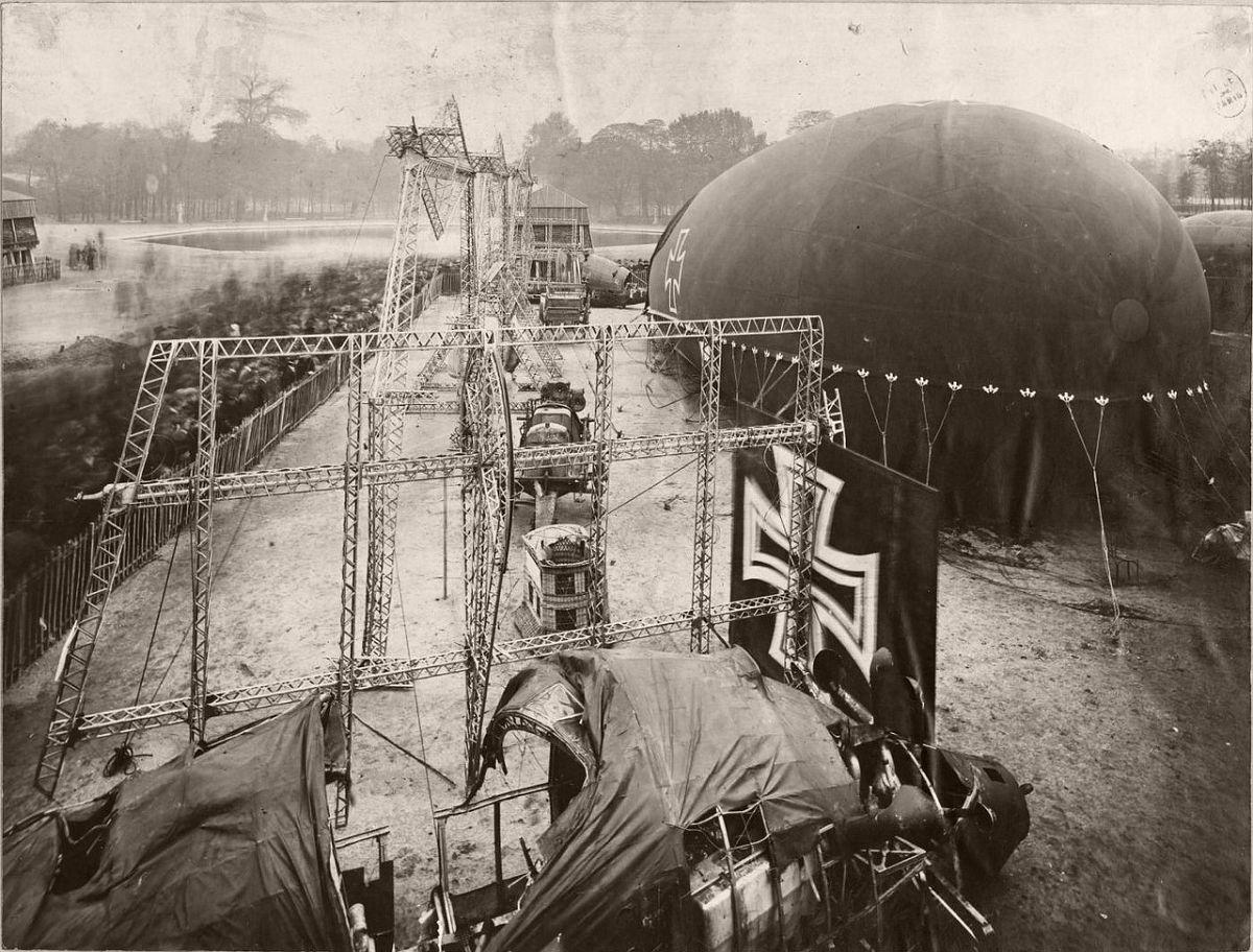 """1918. Place de la Concorde. German airship and """"sausage""""."""