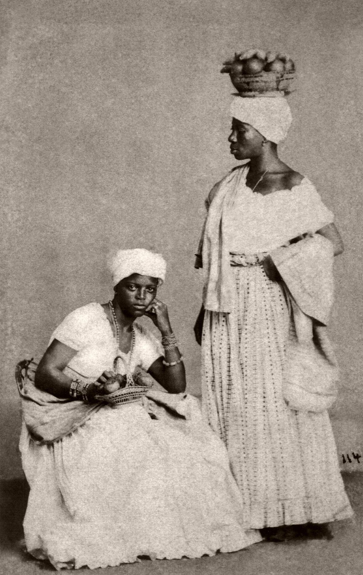 Duas negras posando em estúdio. 1870