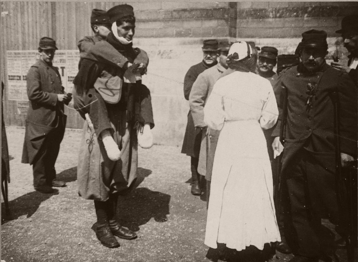 1914. Wounded soldiers at the Trocadero.