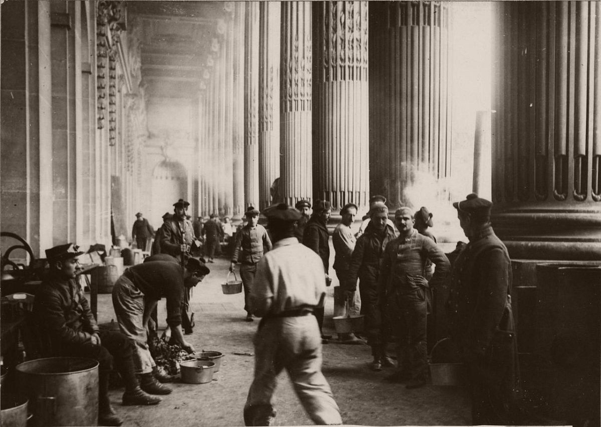 1914. The Grand Palais. The kitchens were installed under the colonnade.