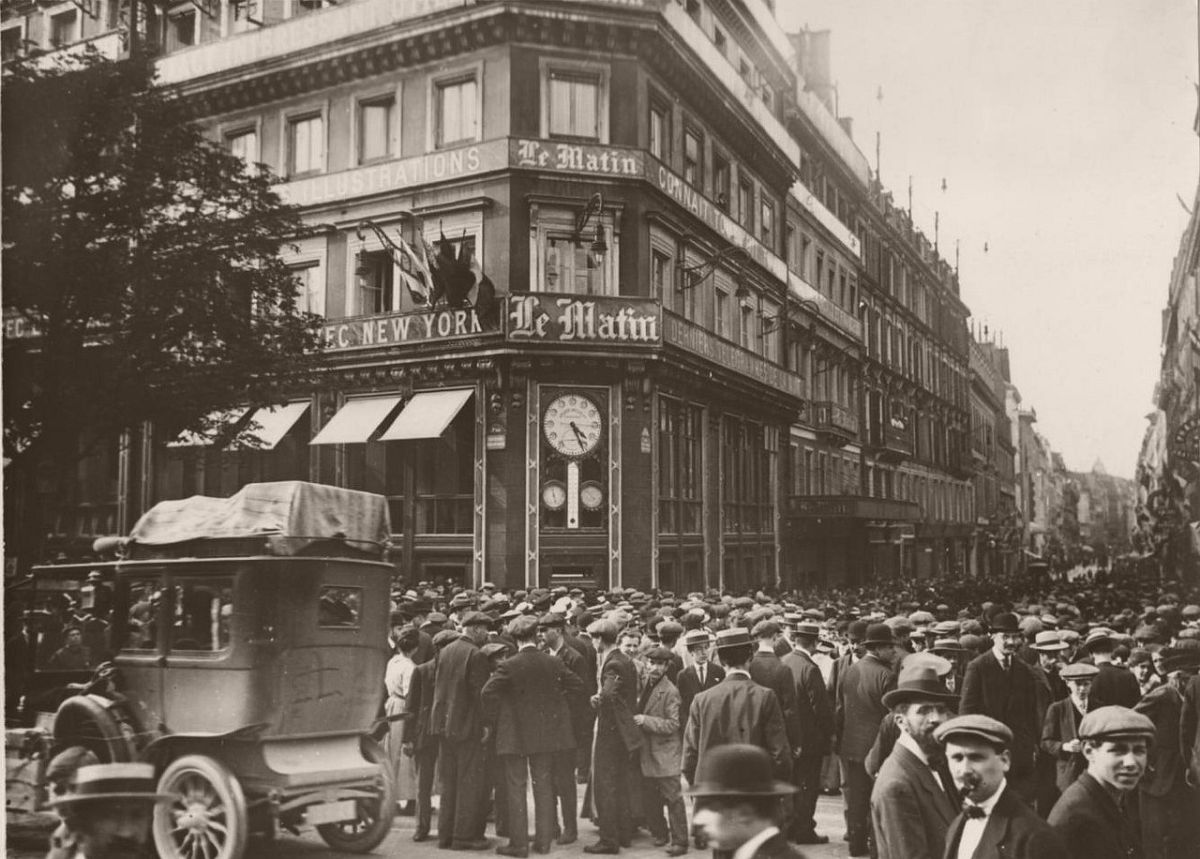 "1914. Crowd in front of the headquarters of the newspaper ""Le Matin"", boulevard Poissonnière."