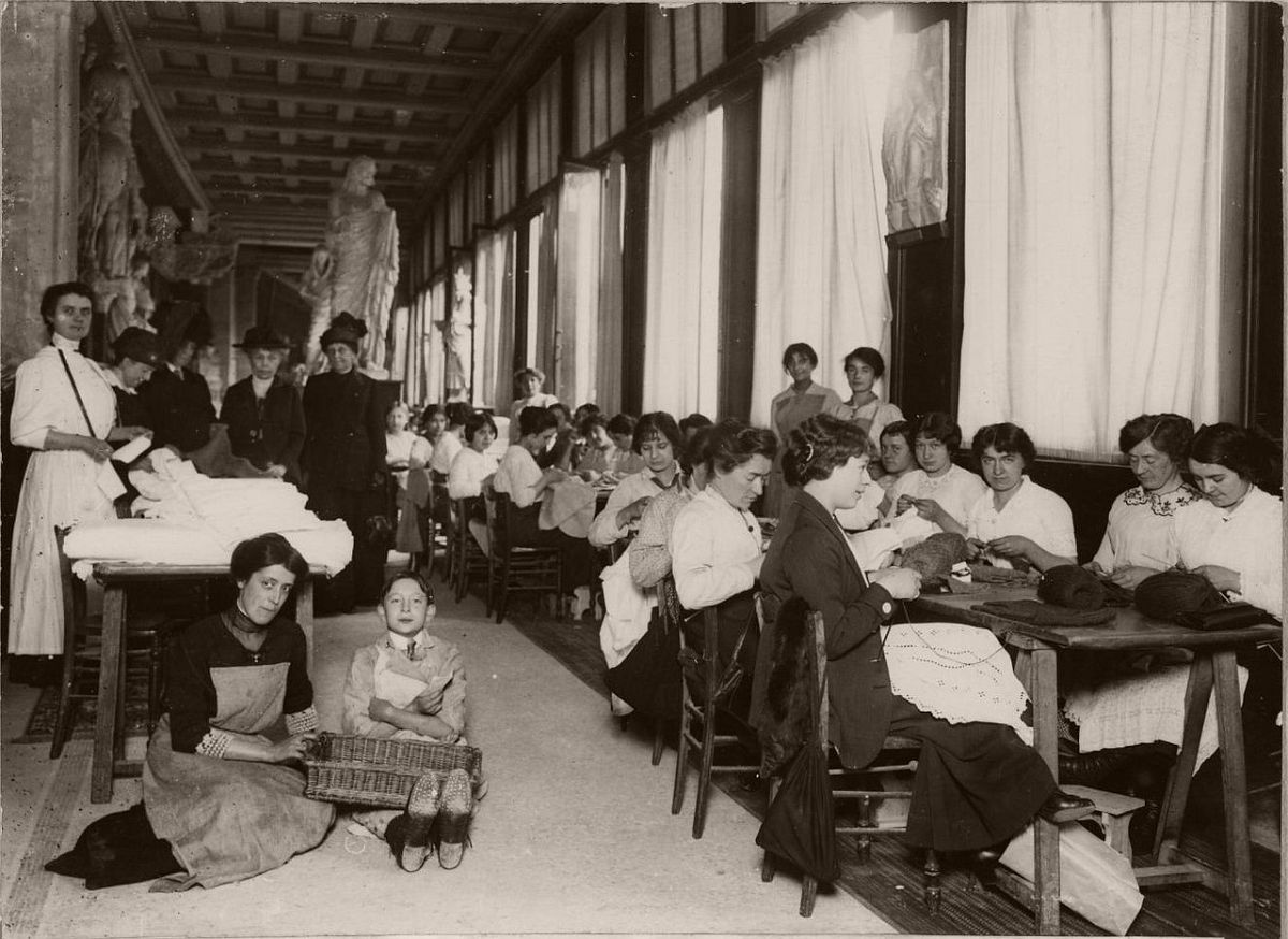 1914. Handmade workshop, established through the generosity of the Duchess of Talleyrand in the galleries of the Trocadero.