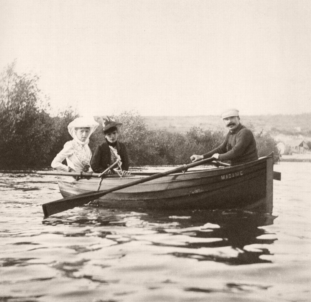 Geneviève Straus (Madame Bizet), Mme Maurice Lippmann, née Colette Dumas d'Hauterive and Guy de Maupassant, 1889. Photo by Giuseppe Primoli